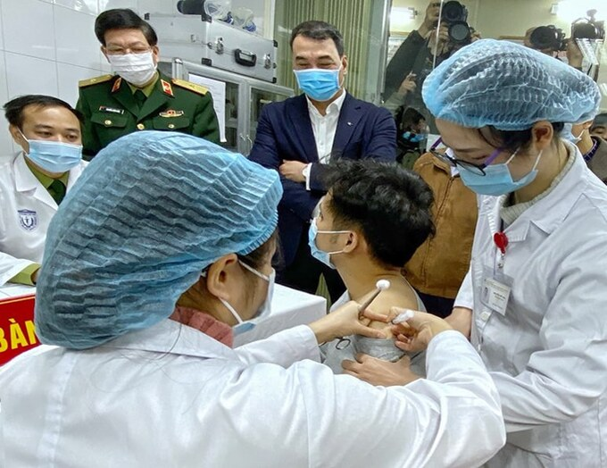 A man is injected with Nanocovax, the first made-in-Vietnam Covid-19 vaccine, in Hanoi, December 17, 2020. Photo by VnExpress/Dinh Van.